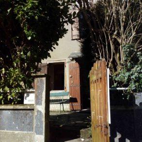 Maison de village en pierre avec cour